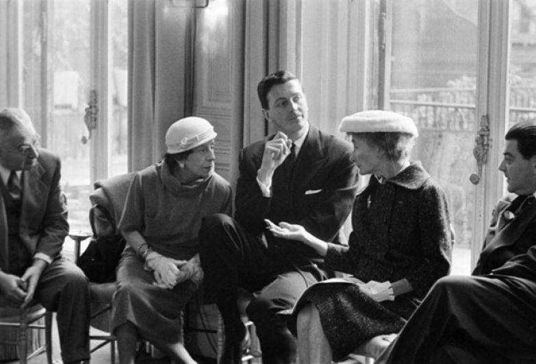 Юбер де Живанши в окружении клиенток на показе Дома, 1955