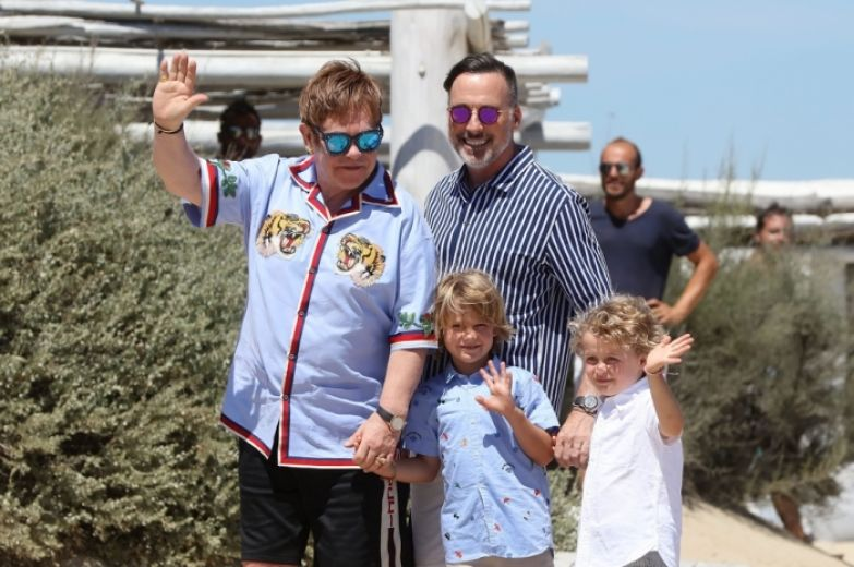Элтон Джон с Дэвидом Фёрнишем и сыновьями. / Фото: www.ok-magazine.ru