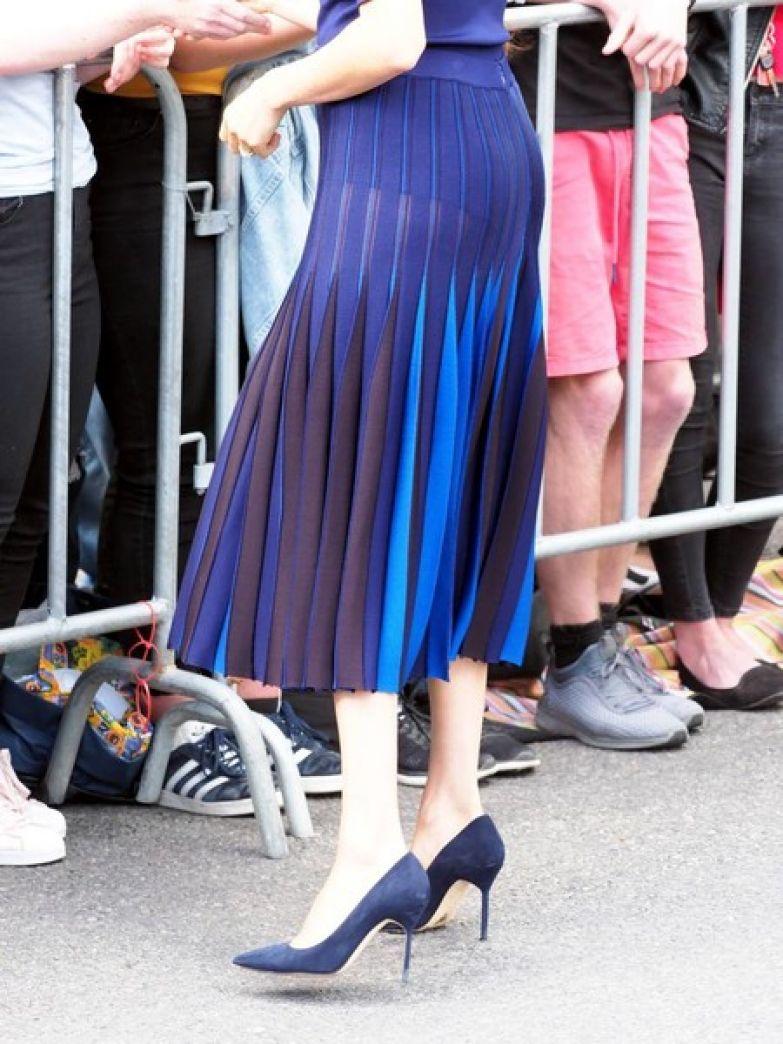 Вблизи видно, что юбка почти полностью прозрачна