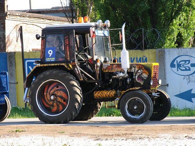 Этот фермер в душе настоящий экстремал. Тракторы, автобусы, автомобили, грузовики, тюнинг