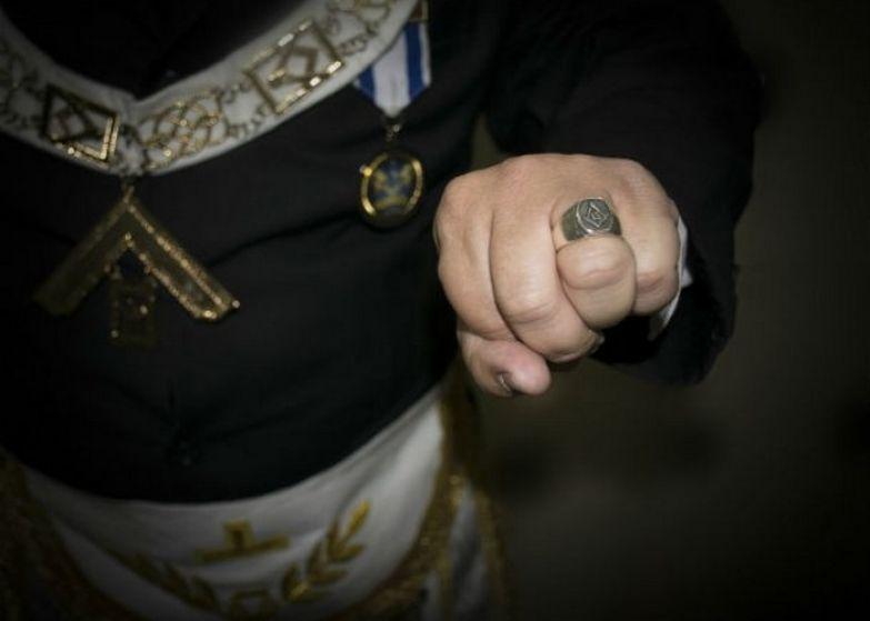 Кольцо с масонской эмблемой.