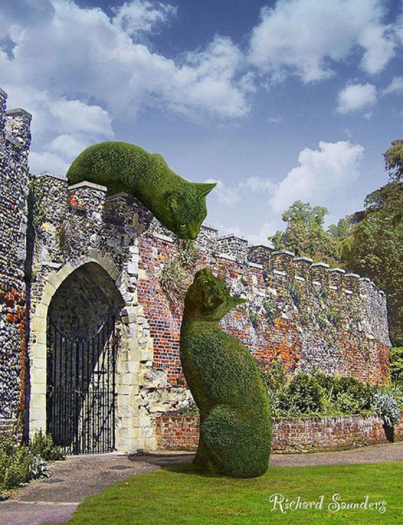 Кусты в форме котов в парках Великобритании.