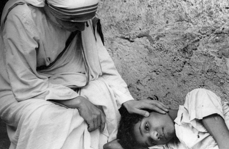 Мать Тереза возле тяжело больного мальчика. | Фото: osv.com.