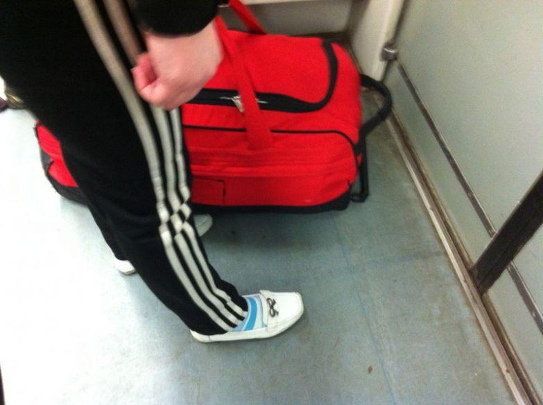10. Система сломана, красная сумка, белый макасин люди, метро, мода, настроение