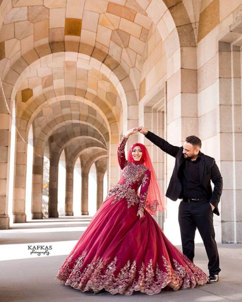 Колоритная пара, где девушка одета в красный хиджаб.
