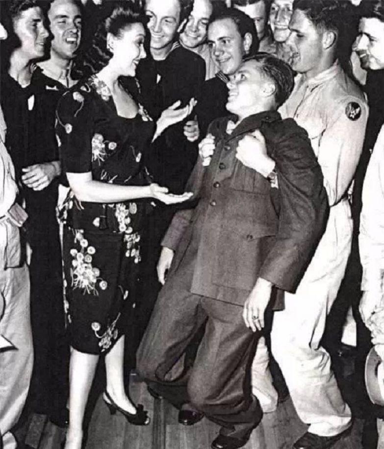 У солдата, приглашённого на танец популярной актрисой Линдой Дарнелл, подкосились ноги. 1940-е.
