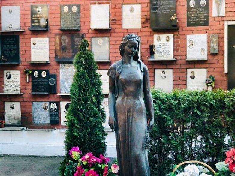 Могила Раисы Горбачевой находится на месте бывшего цветника около колумбария. Сперва родственники погребенных в стене были против такого соседства, но, увидев памятник ей, на котором первая леди СССР показана молодой и печальной, согласились.