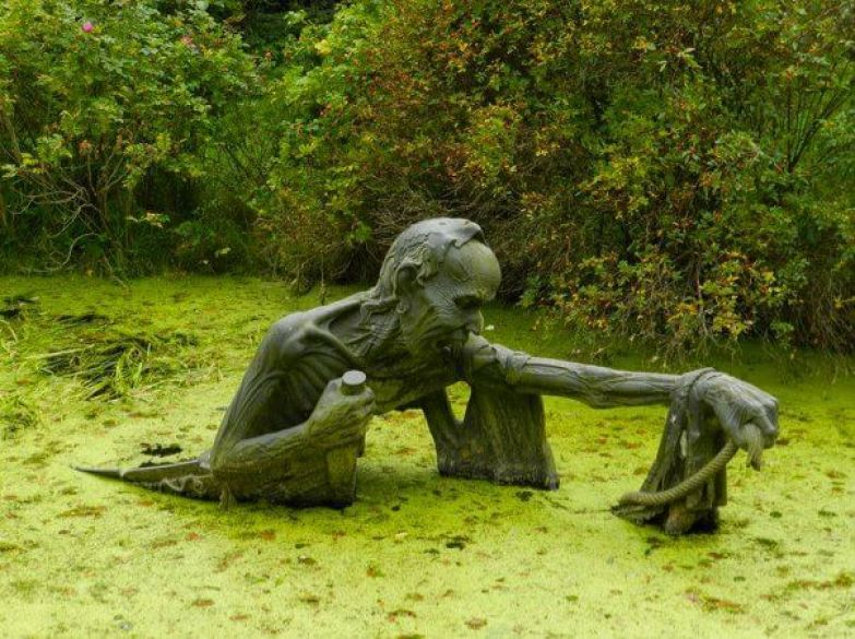 https://interesnoznat.com/wp-content/uploads/25.-Swamp-Sculpture-Eastern-Ireland..jpg