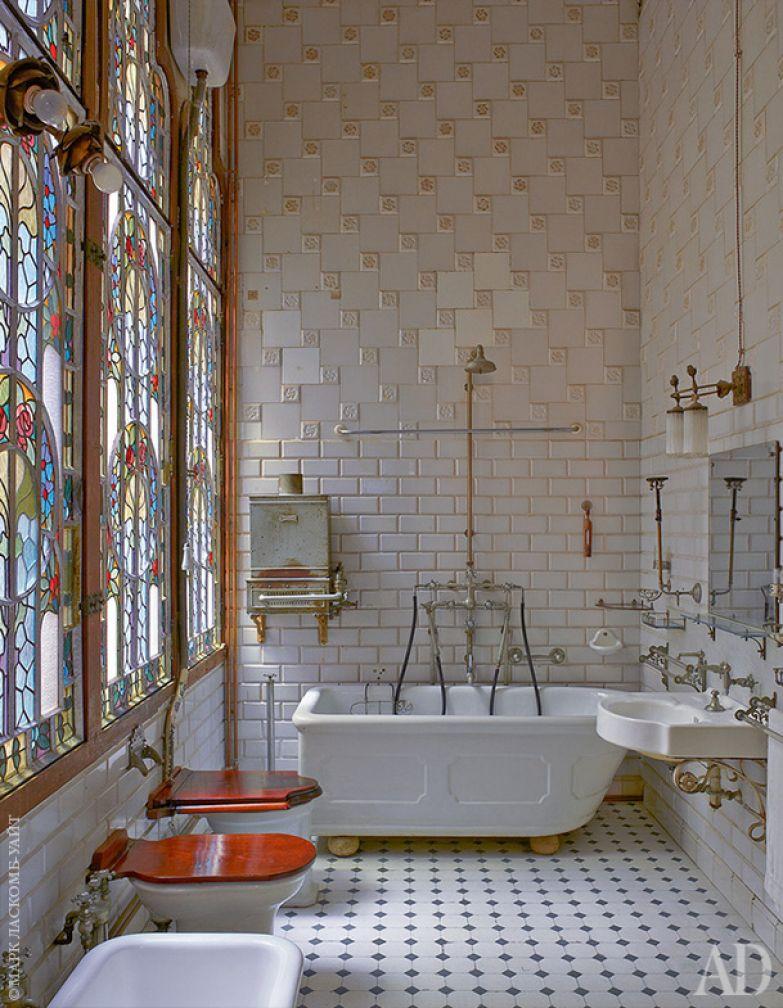 Ванная. Витражное окно выходит в один из внутренних двориков.