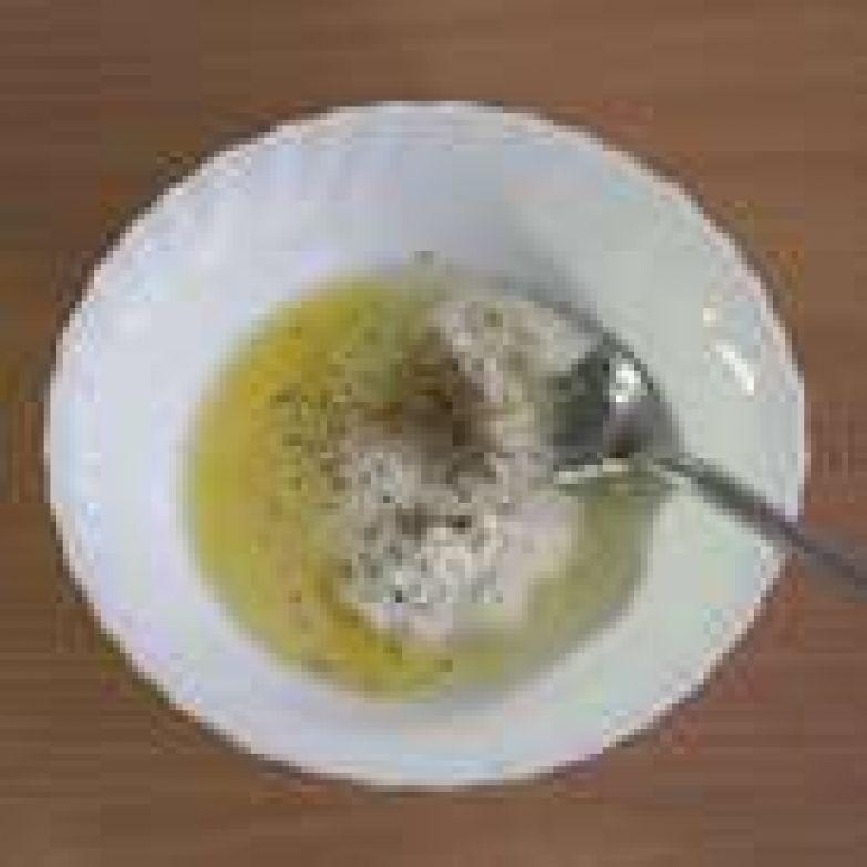 В тарелке смешать сметану, яйцо, соль, перец по вкусу, перемешать.