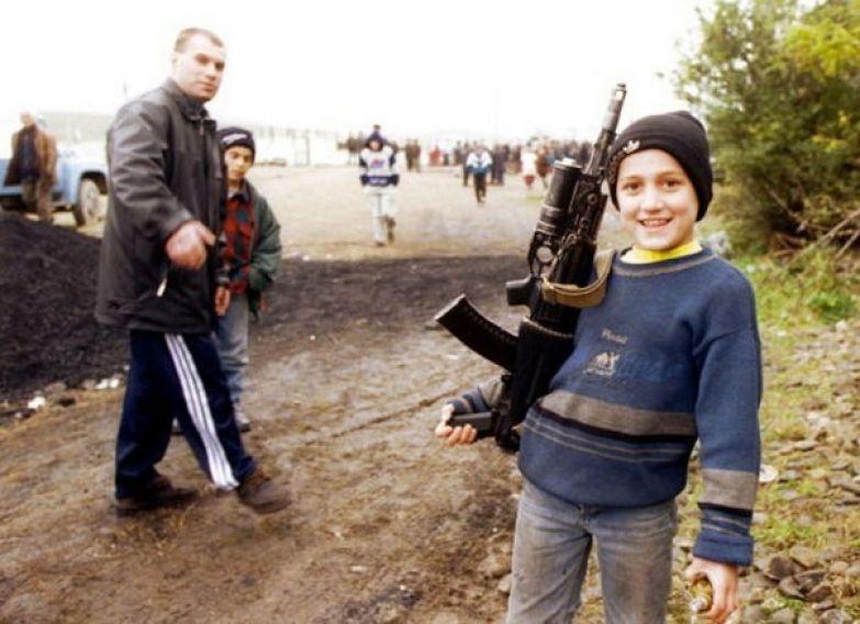 Чеченский мальчик с автоматом в лагере для беженцев. Ингушетия, ноябрь 1999 года. история, события, фото