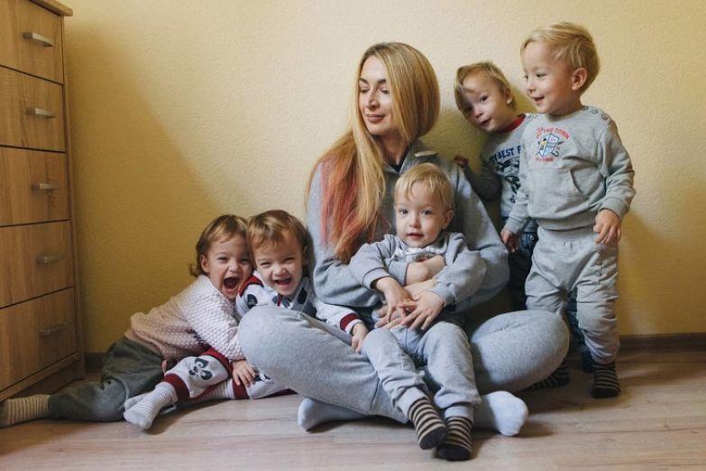 Как живет женщина, которая 3 года назад не послушала врачей и родила пятерняшек