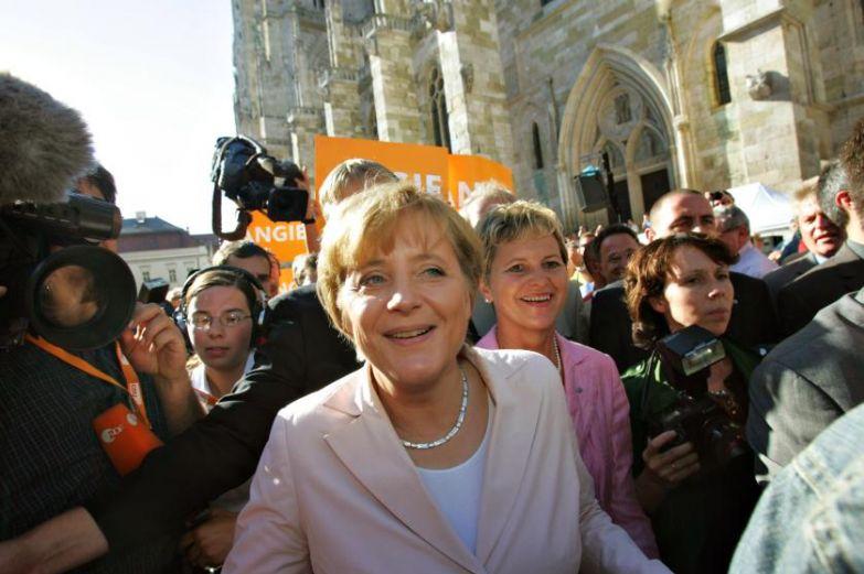 Ангела Меркель ведёт кампанию в Регенсбурге в Германии в 2005 году.