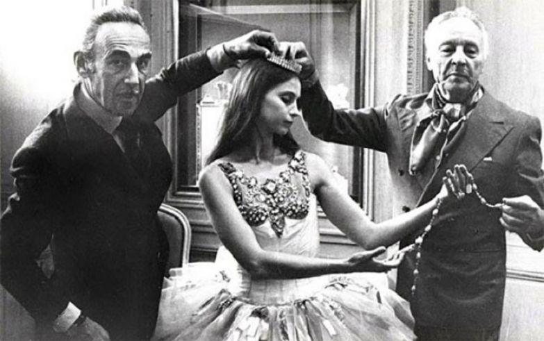 Пьер Арпель, танцовщица Сюзанна Фаррелл и балетмейстер Джордж Баланчин, встречают прессу в бутике Van Cleef & Arpels Нью-Йорка, чтобы объявить о премьере балета. 1967 год
