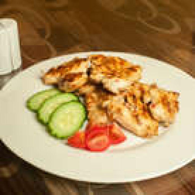 Куриную грудку нарезать на тонкие ломтики или слайсы и замариновать на 30 минут. Жарить на гриле до готовности. Смешать все ингредиенты для соуса и подавать!