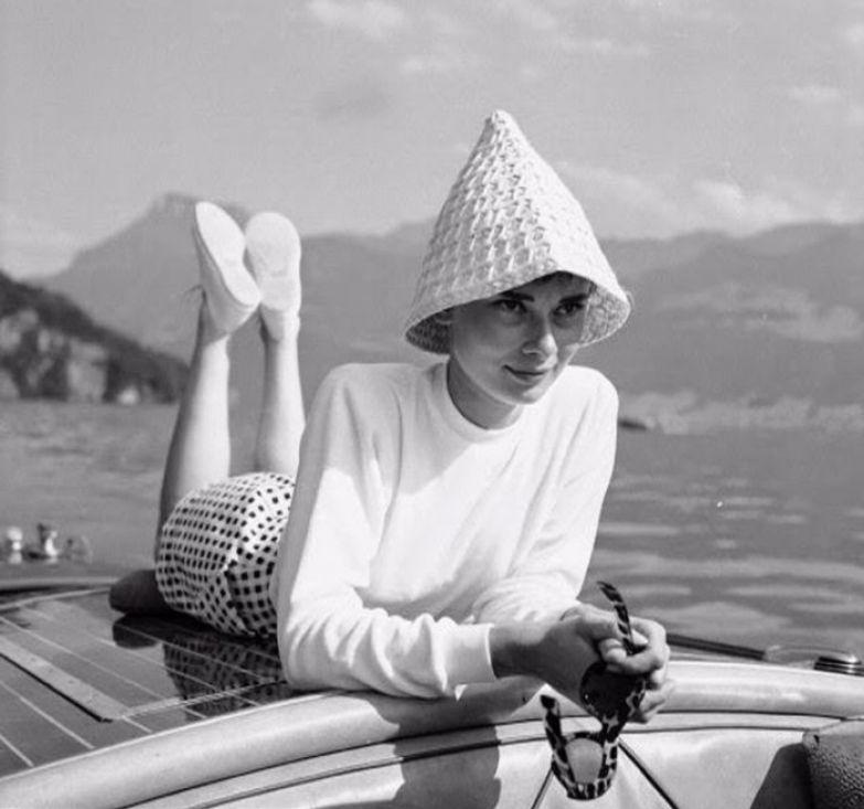 Одри на лодке на озере в Швейцарии, август 1954г. Фотограф: Hans Gerber.