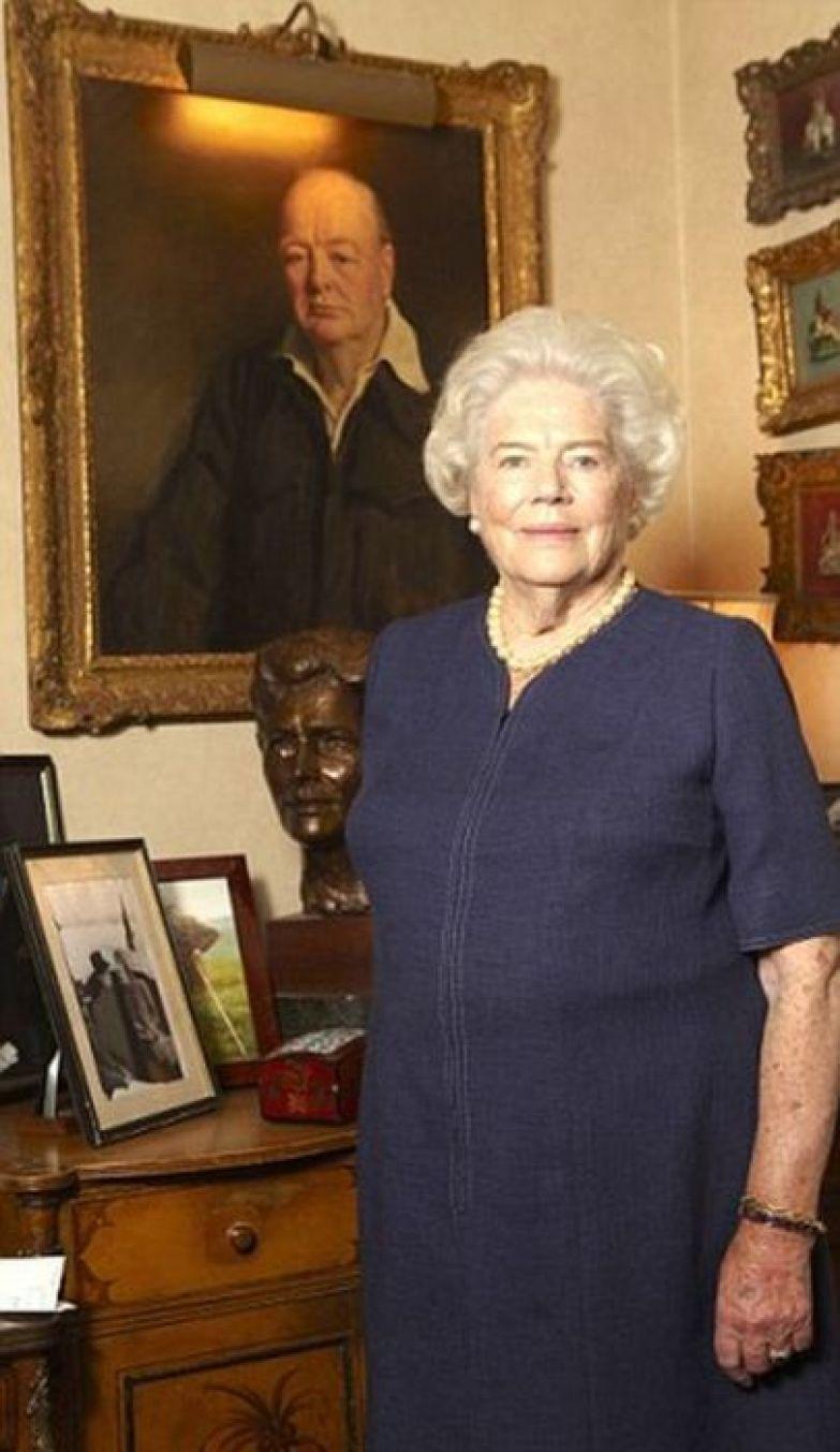 Мэри Соумс в своем доме в западном Лондоне у портрета отца. / Фото: www.dailymail.co.uk