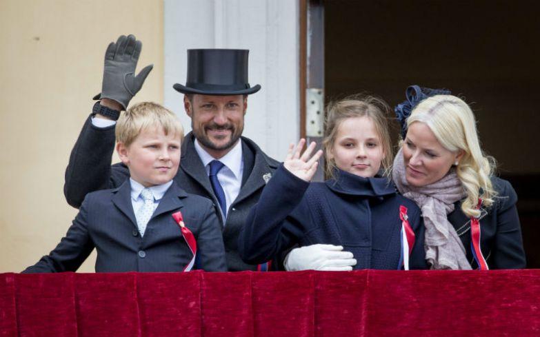 Наследный принц Норвегии Хокон с супругой Метте-Марит и двумя детьми - принцессой Ингрид Александрой и принцем Сверре Магнусом