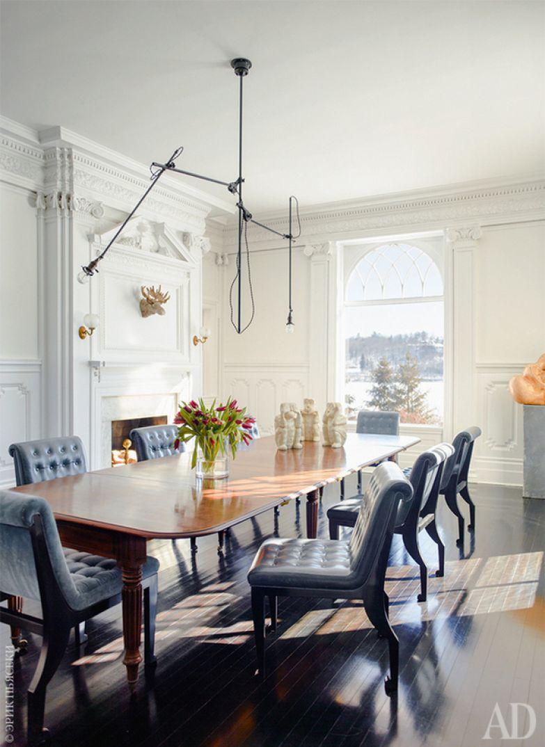 Парадная столовая. Вокруг английского стола XIX века — кожаные стулья, Windsor Smith Home. Светильник — передовое изделие 1920‑х годов.