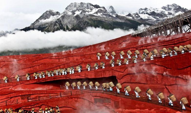 Масштабное театральное представление под открытым небом на фоне горного массива Юйлунсюэшань, провинция Юньнань, Китай без фотошопа, природа, удивительные фото, человек
