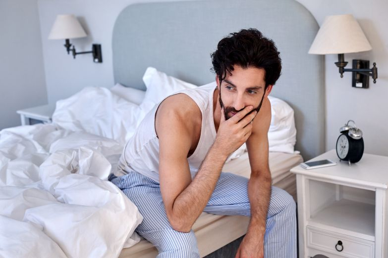 парень в кровати