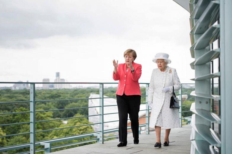 Канцлер Ангела Меркель приветствует королеву Елизавету 2, прибывшую в Федеральную канцелярию во время 4-дневного визита королевской четы в Германию 24 июня 2015 в Берлине.