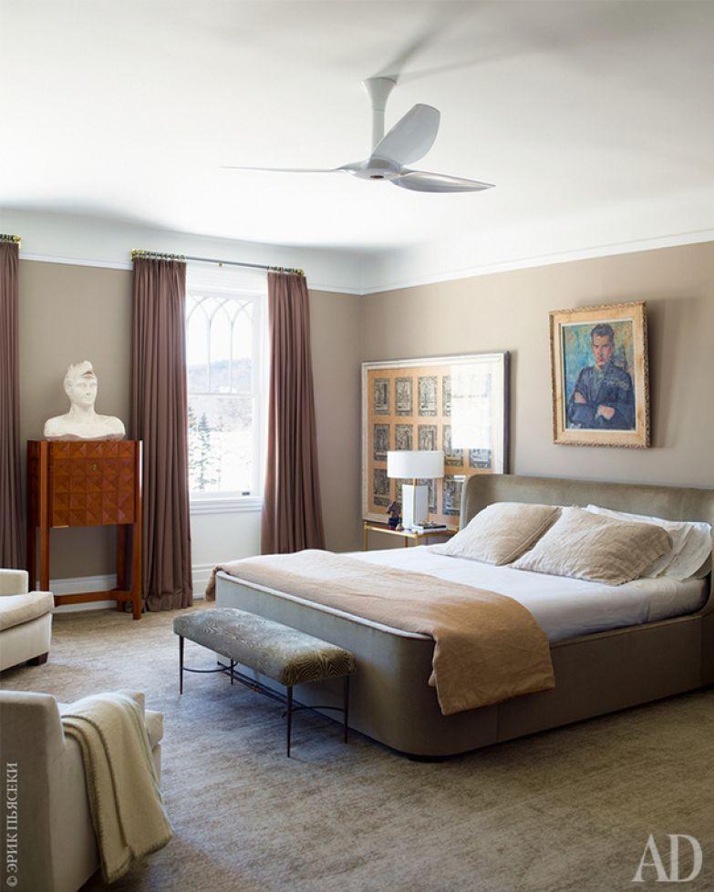 Хозяйская спальня. Секретер приобретен во Флоренции, старинные гравюры (а также лампы 1970‑х годов) — в Мадриде, а портрет над кроватью — на парижском блошином рынке.