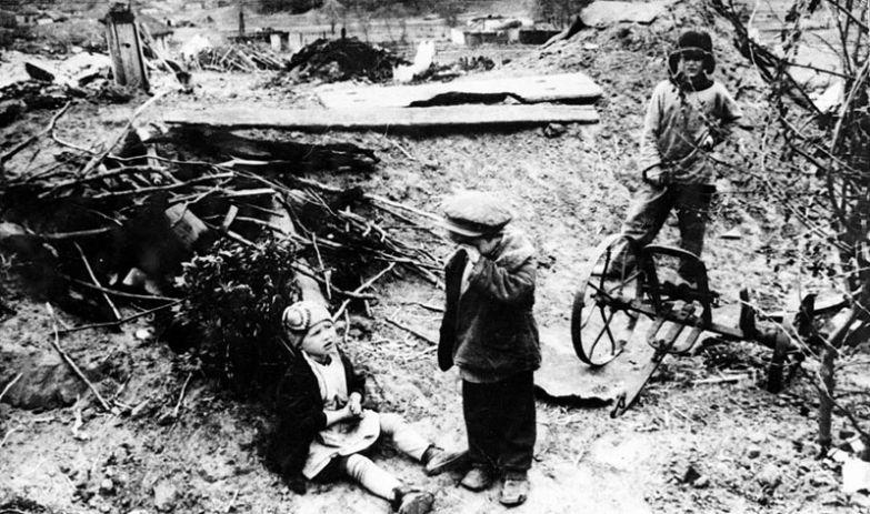Немецкие войска забрали в плен родителей этих детей, а также разрушили их дом, конец 1942 года