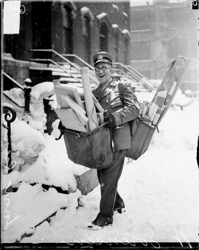 21. Почтальон, нагруженный рождественской почтой и посылками. Чикаго, 1929 г. архивные фотографии, лучшие фото, ретрофото, черно-белые снимки