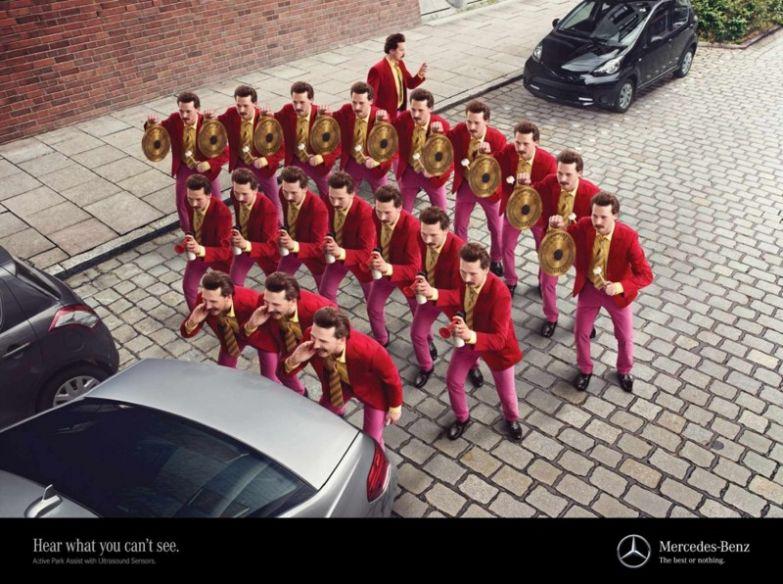 3. Mercedes-Benz показывает, как легко парковаться в их новых автомобилях, даже если вы паркуетесь на слух интересно, креативная реклама, рекламные, трюки