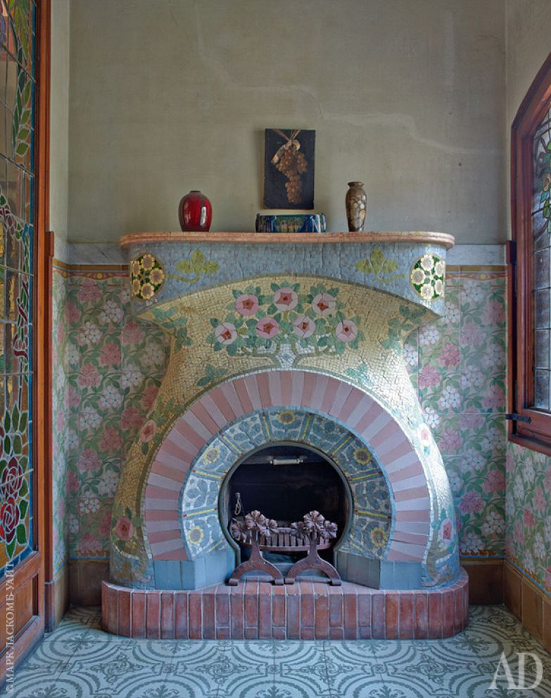 Малая гостиная на втором этаже. Камин в стиле ар-нуво выложен керамической плиткой по дизайну Луиса Брю.