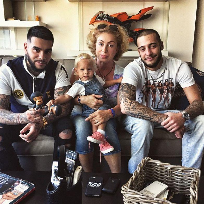 Симона с сыновьями и внучкой