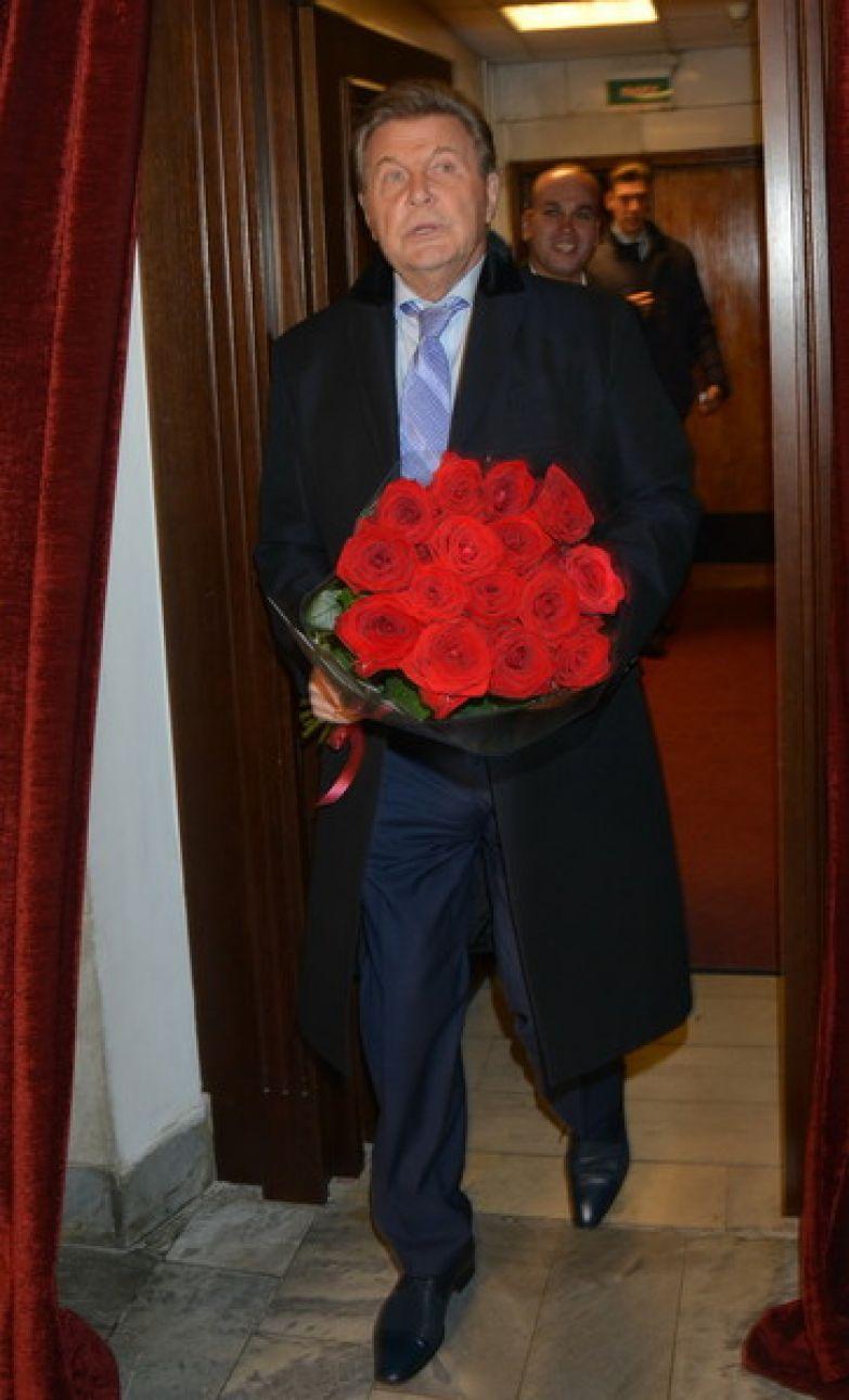 Лев Лещенко переведен в обычную палату