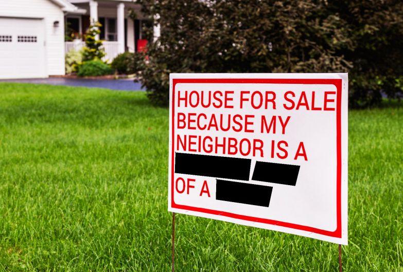 Надпись: Дом продается, потому что мой сосед - %$&#