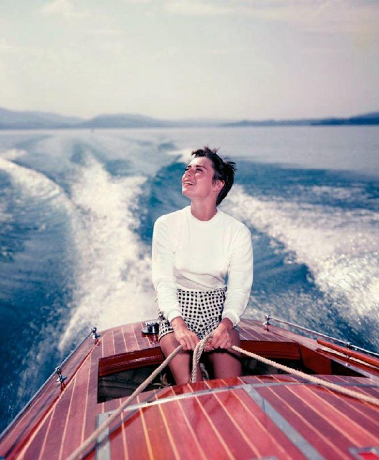 Одри Хепберн на лодке на озере Бюргенсток в Швейцарии, август 1954г. Фотограф: Hans Gerber.
