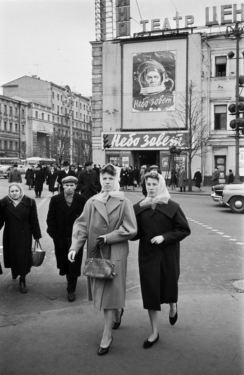 Эрвин-Волков.-У-Кинотеатра-Центральный-на-Тверской.-1961