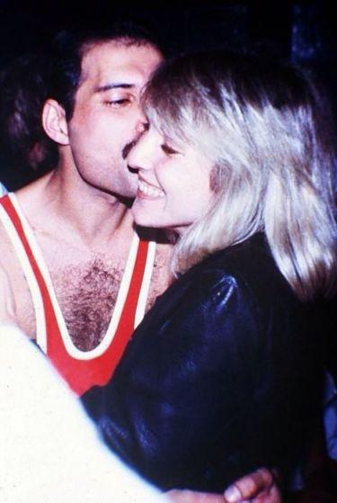 Счастье Остин было омрачено подозрением в неверности Фредди, а в 1976 году он признался возлюбленной в своей бисексуальности.