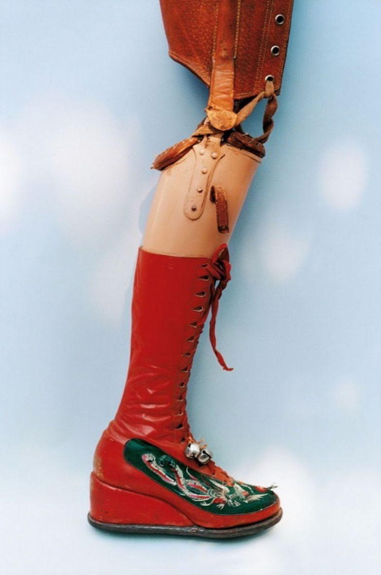 Протез Фриды Кало: нога в красном сапоге.