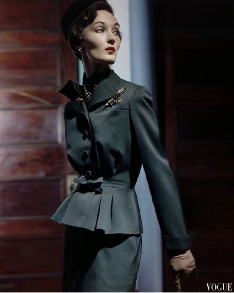 Известная модель в костюме от Свансдаун, 1949 год.