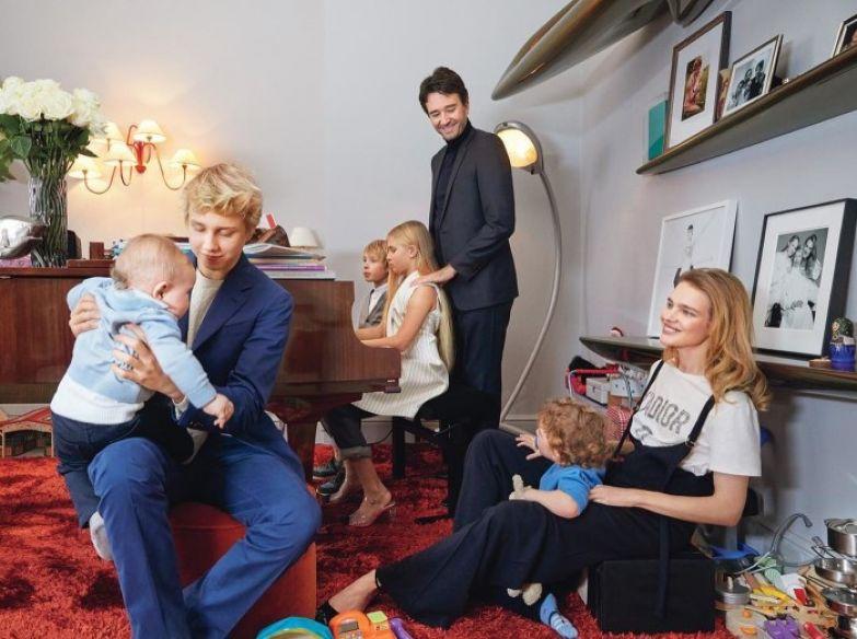 Наталья Водянова и Антуан Арно с детьми. / Фото: www.woman.ru