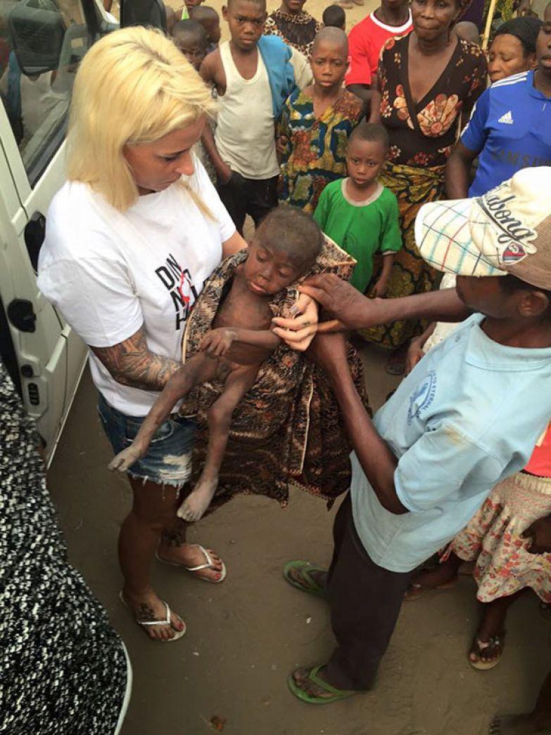"""31 января Аня Ринггрен, сотрудник гуманитарной организации из Дании, нашла его и назвала Хоуп ( в переводе с английского это имя означает """"Надежда"""") мальчик, нигерия, спасение"""