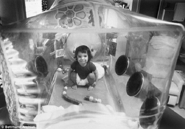 Ребенок, которому из-за болезни нельзя было покидать стерильный бокс.   Фото: dailymail.co.uk.
