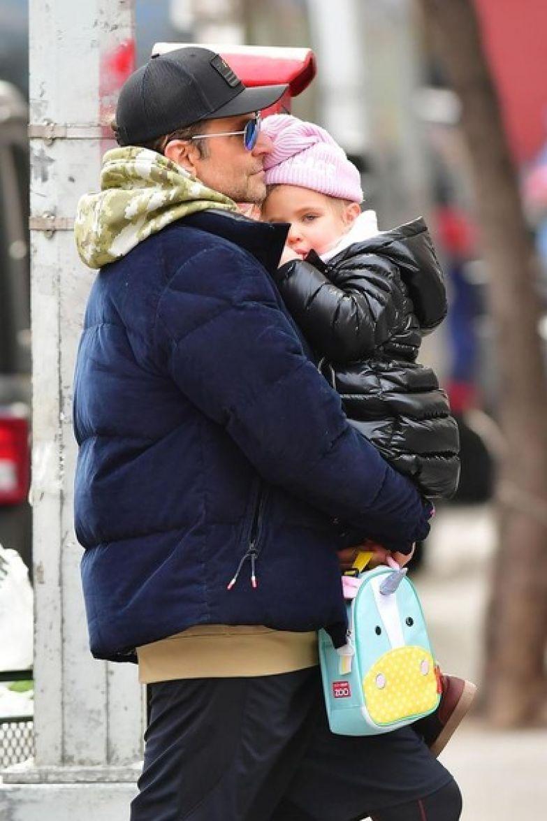 Купера часто видят с дочерью