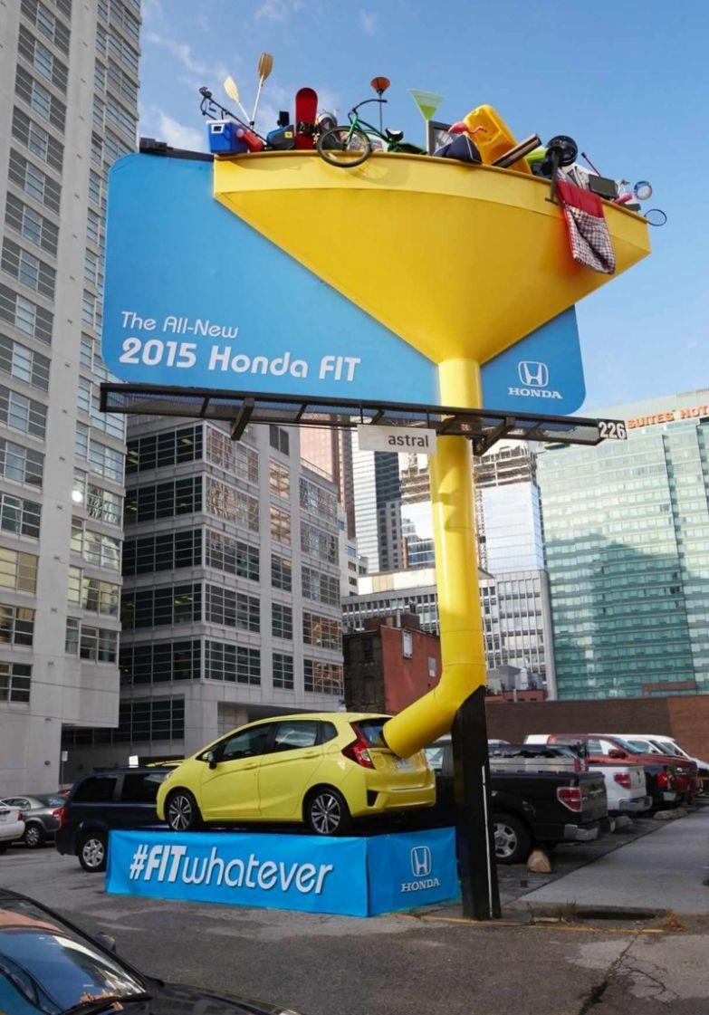 7. Автомобиль Honda Fit, может, и выглядит маленьким, но посмотрите, сколько всего в него влезает интересно, креативная реклама, рекламные, трюки