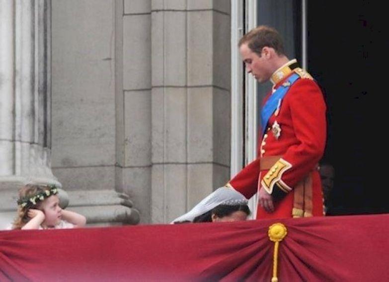 1. Этот неловкий момент, когда Кейт Миддлтон и принца Уильяма поймали на их собственной свадьбе в такой позе британия, королева Елизавета, королевская семья, этот неловкий момент