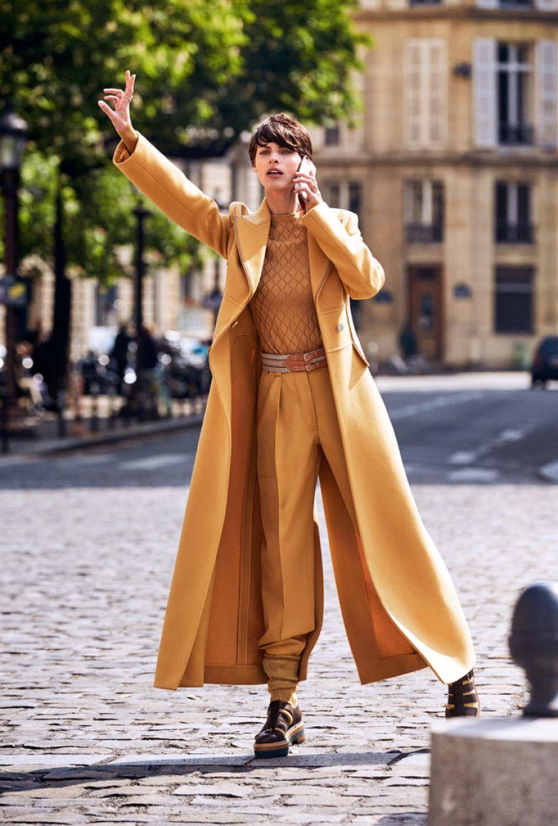 Шерстяное пальто, 460 000 руб., джемпер из вискозы, 79 000 руб., шерстяные брюки, 174 500 руб., ремень из кожи теленка, 87 000 руб., сандалии из кожи теленка, 87 000 руб., носки, 19 800 руб., все Hermès; металлические кольца со стразами, все Valentino Garavani.