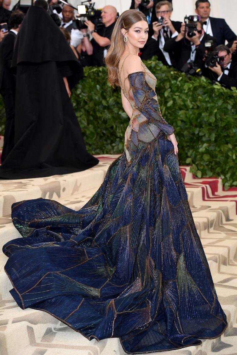 Джиджи Хадид в Versace