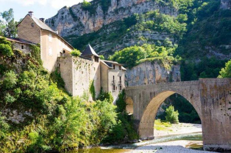 Окрестность располагается на юге Франции и примыкает к границе национального парка Севенн.