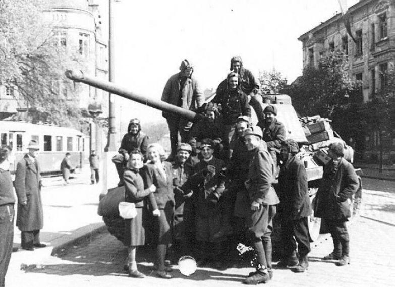 После ухода советских войск в 1955 году из Австрии выяснилось: австрийские женщины произвели на свет тысячи младенцев, чьими отцами были советские военные. /Фото: cdn.net