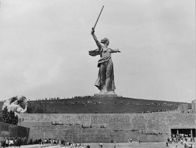 Мемориальный комплекс Мамаев курган в Волгограде увенчан скульптурой Родины-Матери.